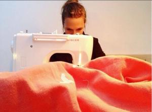 Niki aan het naaien